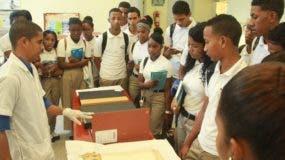 Los estudiantes aprecian el proceso de restauración de mapas.