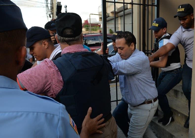 El empresario Eddy Santana Zorrilla conducido por policías.