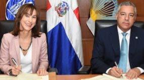 El ministro de Hacienda, Donald Guerrero, y la representante del BID, Flora Montealegre Painter.