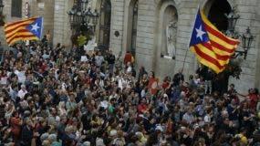 A las puertas de la Generalitat se reunieron  ayer  centenares de partidarios de la independencia.