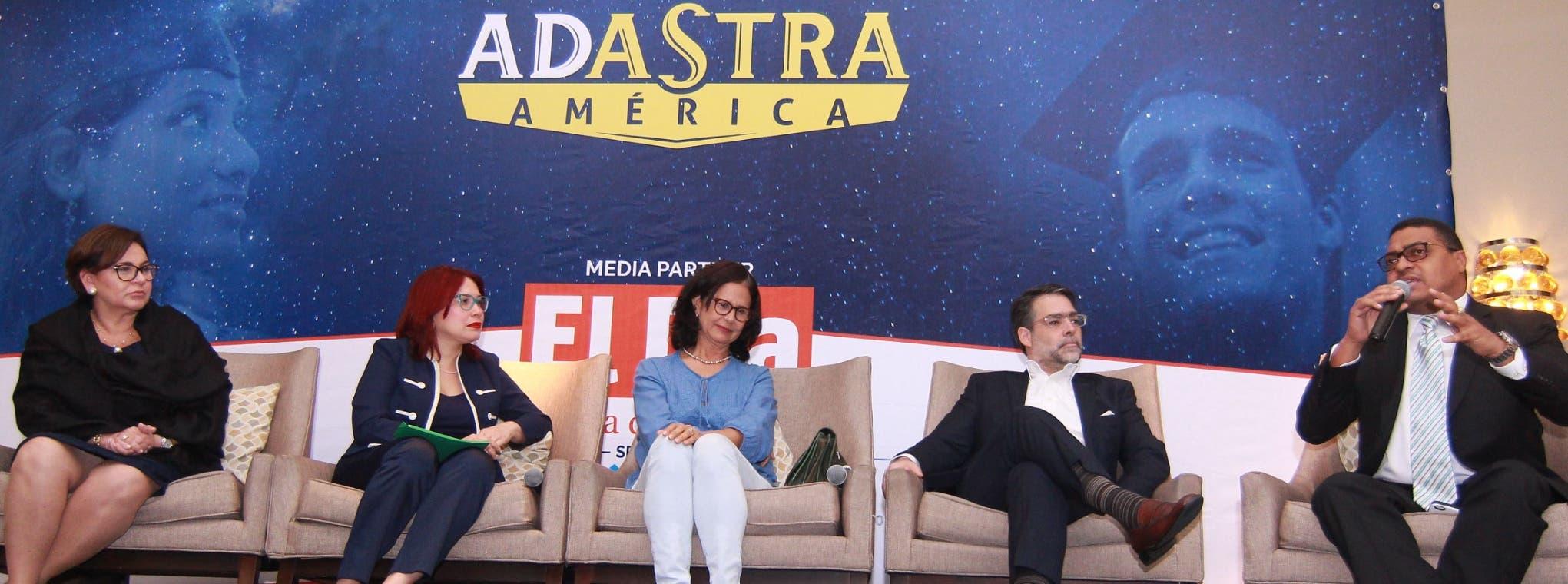 Gracia María Larrave, Alicia Tejada, Rosalía Perdomo y Ernesto Selman  junto al director del periódico EL DÍA, José P. Monegro, durante su participación en  el foro.