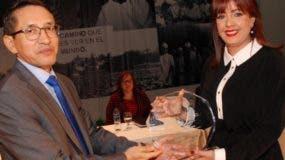 Yanira Fondeur de Hernández mientras recibe el galardón.