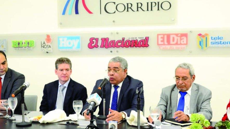 Bernardo Núñez, Alejandro Mercedes, José Alfredo Corripio, Luis Reyes, Nelson Marrero y Odilys Hidalgo, durante el Almuerzo del Grupo de Comunicaciones Corripio.