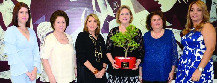 """Maribel Lazala y Ana María Alonso de Corripio entregan obsequio distintivo de """"Obras son amores"""" a  Bernadette Sánchez,  Roxana Dargam, Myra Butler de Franco y Martha Rosario."""