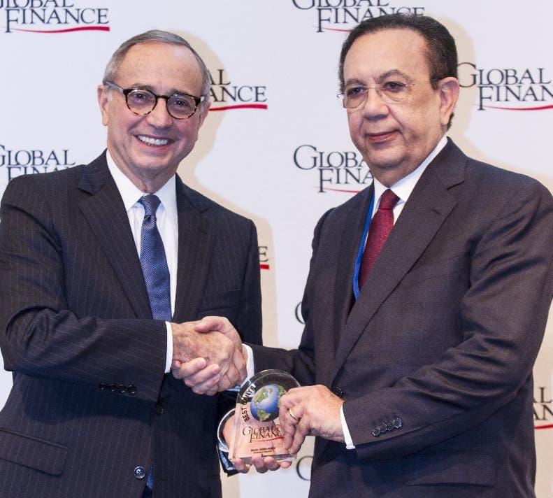 Héctor Valdez Albizu recibe el premio de la revista Global Finance.