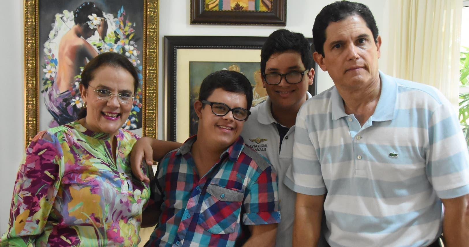 Érika Paiewonsky, Guillermo, Carlos Miguel y  Carlos Finke, durante una entrevista familiar.