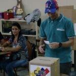 El líder opositor Henrique Capriles mientras deposita su voto.