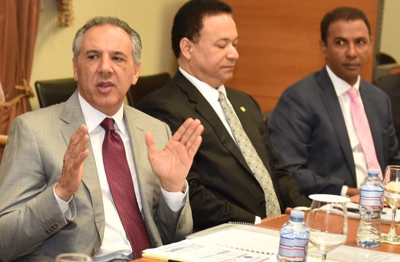 Peralta habla en una reunión  en el Palacio Nacional.