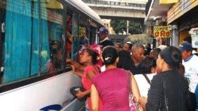 Los pasajeros podrían ser afectados por un alza en transporte.