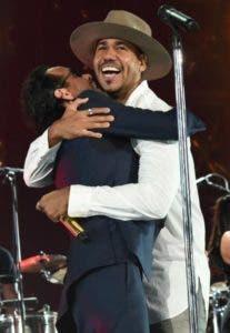 Marc Anthony y Romeo Santos se unen en un gran abrazo.