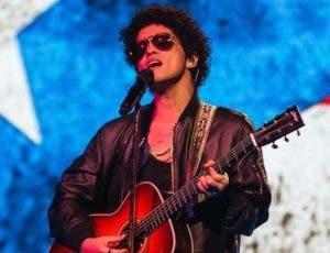 Bruno Mars cantó en español en el concierto.