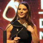La actriz mexicana Kate del Castillo recibe su galardón.