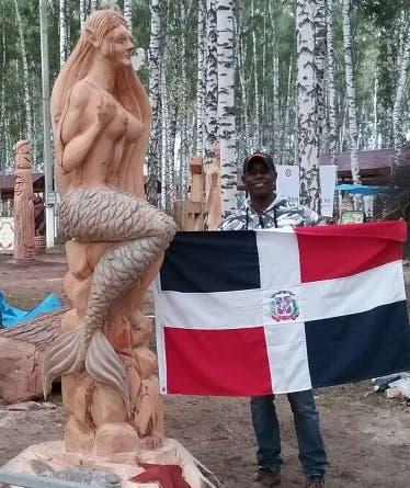 Wandy Casilla y su escultura.