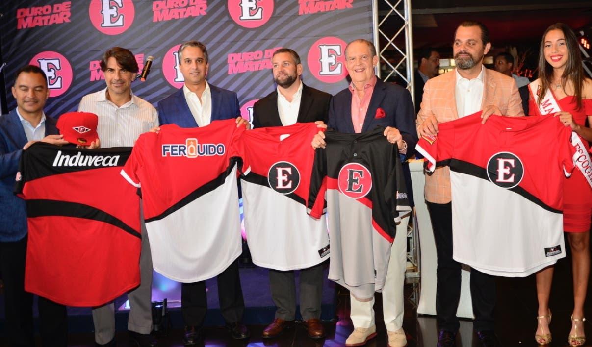 Luis Manuel Bonetti encabeza le entrega de los uniformes a los jugadores del Escogido.