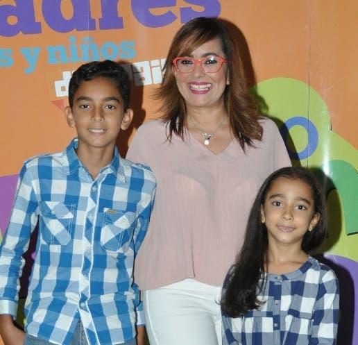 Nazzira Santana y sus hijos Cloe Melo y Juan José Melo.