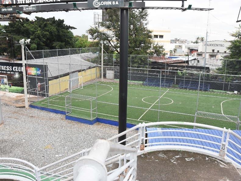 Vista a la cancha de fútbol que inaugurará hoy la familia Marte.