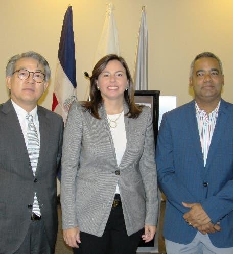 Hiroyuki Makiuchi, Ana Santelises de Latour y Joel Santos.