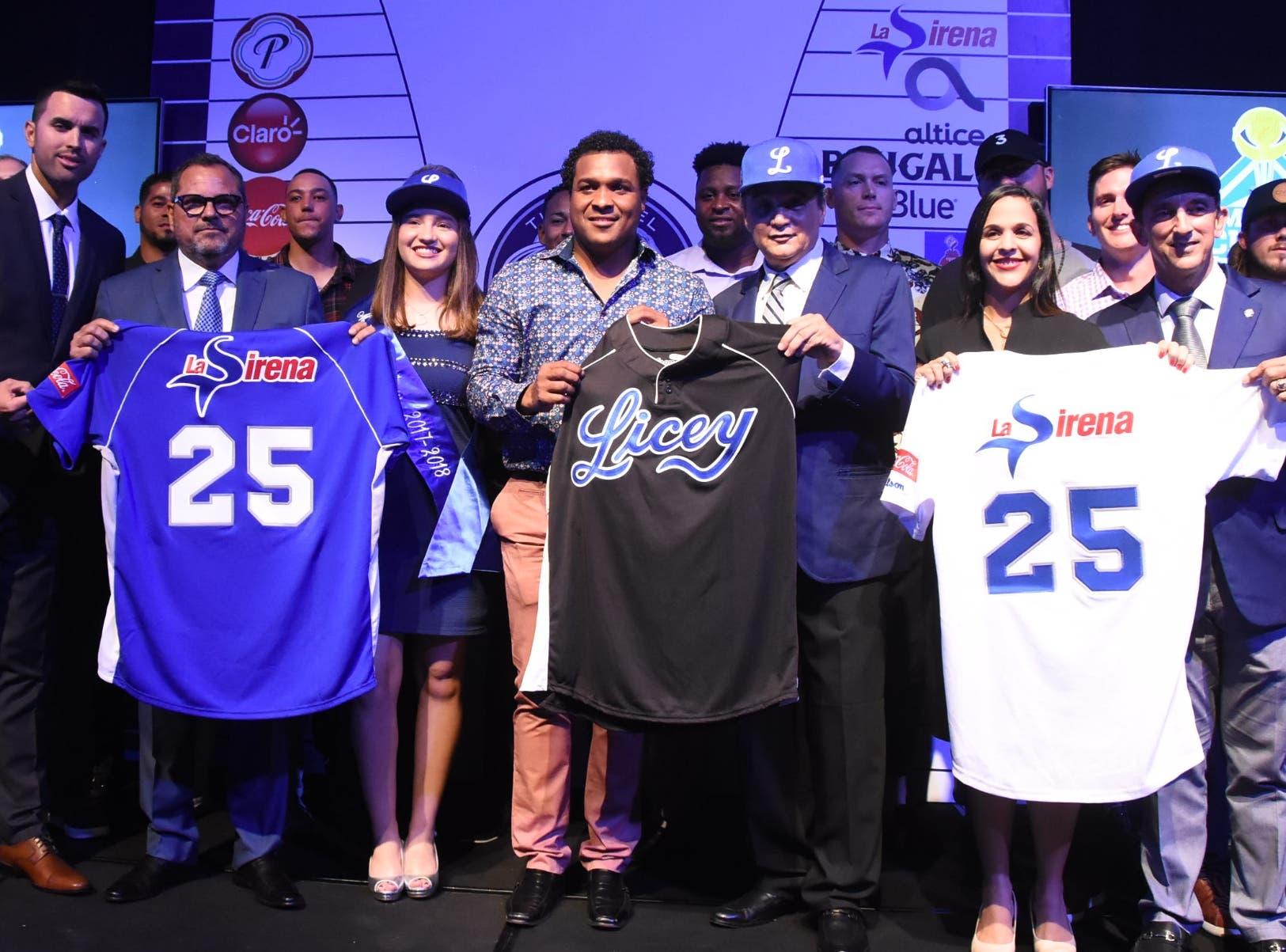 Directivos y jugadores de los Tigres del Licey reciben los uniformes que utilizará el conjunto azul en el venidero torneo de béisbol.Foto: Alberto Calvo.