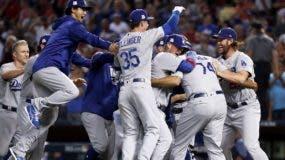 Jugadores de los Dodgers celebran luego del Juego 3, al completar una barrida sobre Arizona.