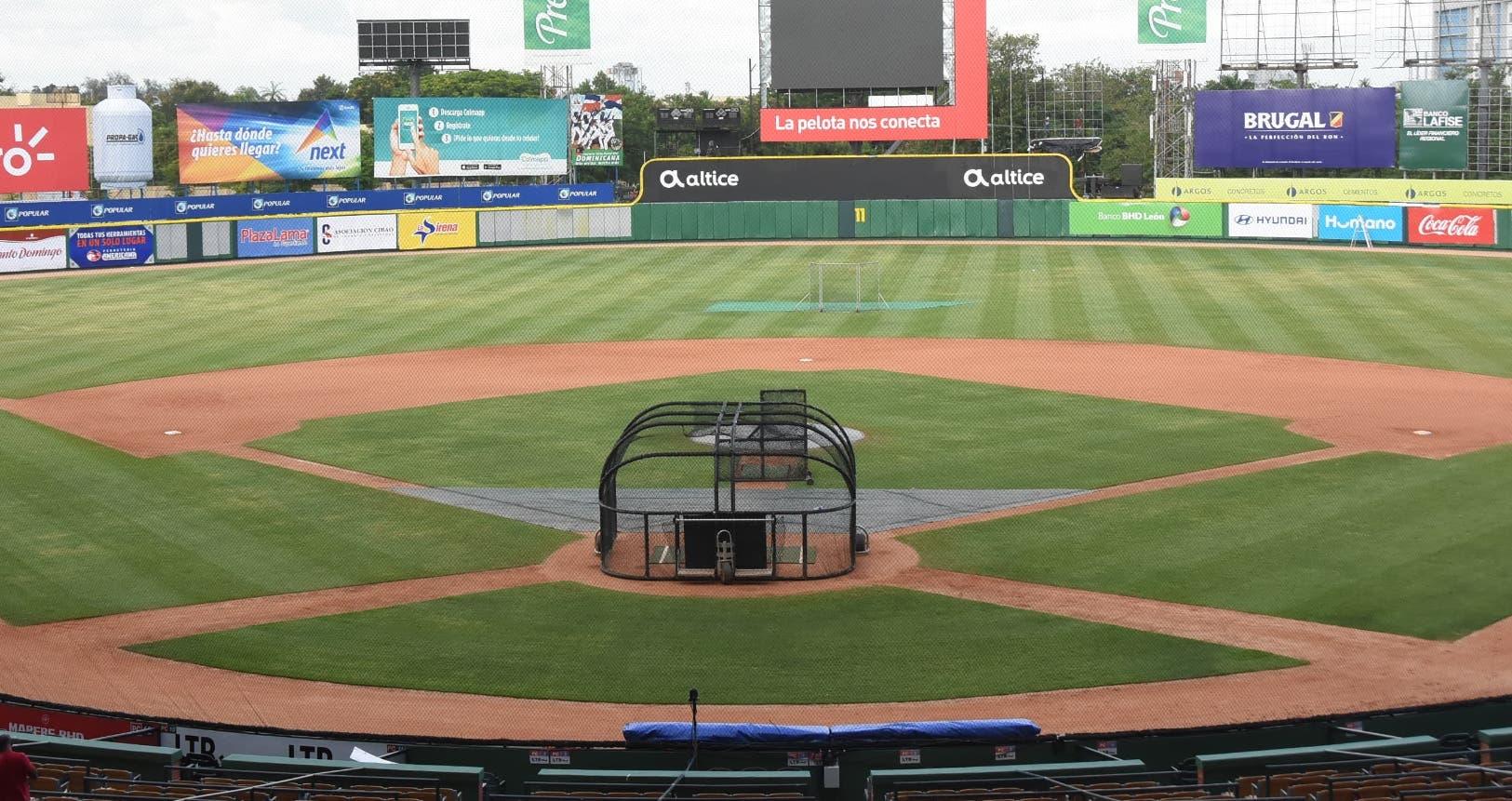En estas condiciones luce el terreno del estadio Quisqueya Juan Marichal, donde hoy será inaugurado el torneo de béisbol invernal.