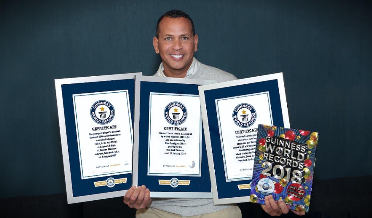 Alex Rodríguez muestra orgulloso pergaminos de Guinness alusivos a sus marcas en las Mayores.