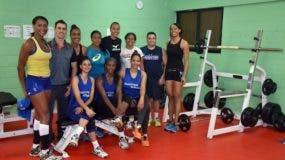 Las 'Reinas del Caribe' al recibir el equipado gimnasio.