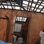 Alfredo García  muestra el techo de su vivienda, que fue desprendido por los fuertes vientos del huracán María en Puerto Rico.