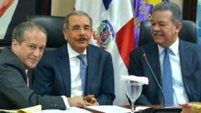 Reinaldo Pared Pérez, el presidente Danilo Medina y el expresidente Leonel Fernández.