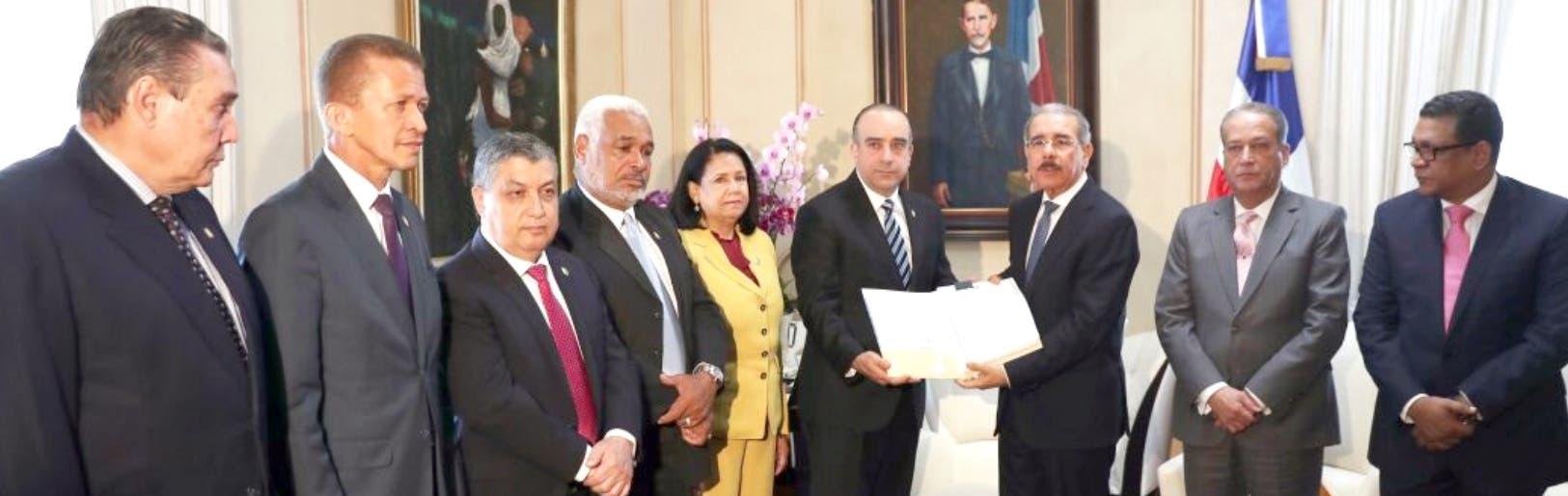 El presidente Medina fue el último de los líderes políticos con el que se reunieron los miembros de la Comisión que estudia la ley.