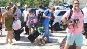 Puertorriqueños y dominicanos continúan llegando de retirada al país hasta con sus mascotas.