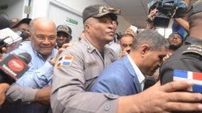 Manuel Rivas  y el coronel Faustino Rosario en la Fiscalía del municipio Santo Domingo Oeste. Foto de archivo.