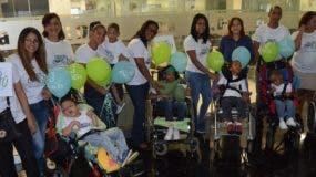 Personal de la fundación y los  niños acompañados de sus padres visitaron la  redacción de EL DÍA.