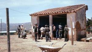 Soldados, periodistas y pobladores de Vallegrande en el lugar donde el Che era exhibido el 10 de octubre de 1967.