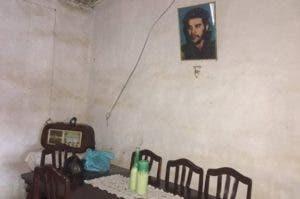 La vieja radio Telefunken y un cuadro del Che en la casa de Lijia Morón.
