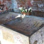 Sobre esta pileta o lavandería recostaron el cuerpo de Guevara. 50 años después, sigue allí. (Foto: Luis Velasco/BBC Mundo)