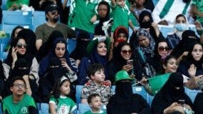 La mayoría de las mujeres en Arabia Saudí cubren su cabello y su cara con un velo y a todas las mujeres se les exige usar una abaya —vestimenta amplia parecida a una túnica negra— cuando están en lugares públicos.