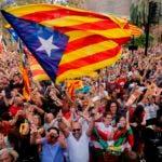 Miles de ciudadanos salieron a celebrar la decisión del parlamento de declarar la independencia de Cataluña.
