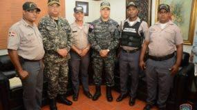 El raso Paul Encarnación Mejía (primero de derecha a izquierda) el día que el director de la Policía le hizo el reconocimiento junto a los demás integrantes de al patrulla que rechazó el soborno. Foto: Policía Nacional.