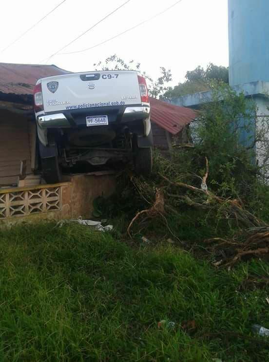 Vehículo patrullero de la PN se incrusta en una vivienda residencial en Puerto Plata