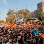"""Ondeando banderas catalanas y coreando """"independencia"""" y """"libertad"""", miles de catalanes salieron a celebrar la decisión del parlamento. / AFP / PAU BARRENA"""