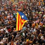 Miles de personas se reunieron el viernes cerca del parlamento regional de Cataluña antes de un debate en la cámara donde podría declararse formalmente la independencia de España.