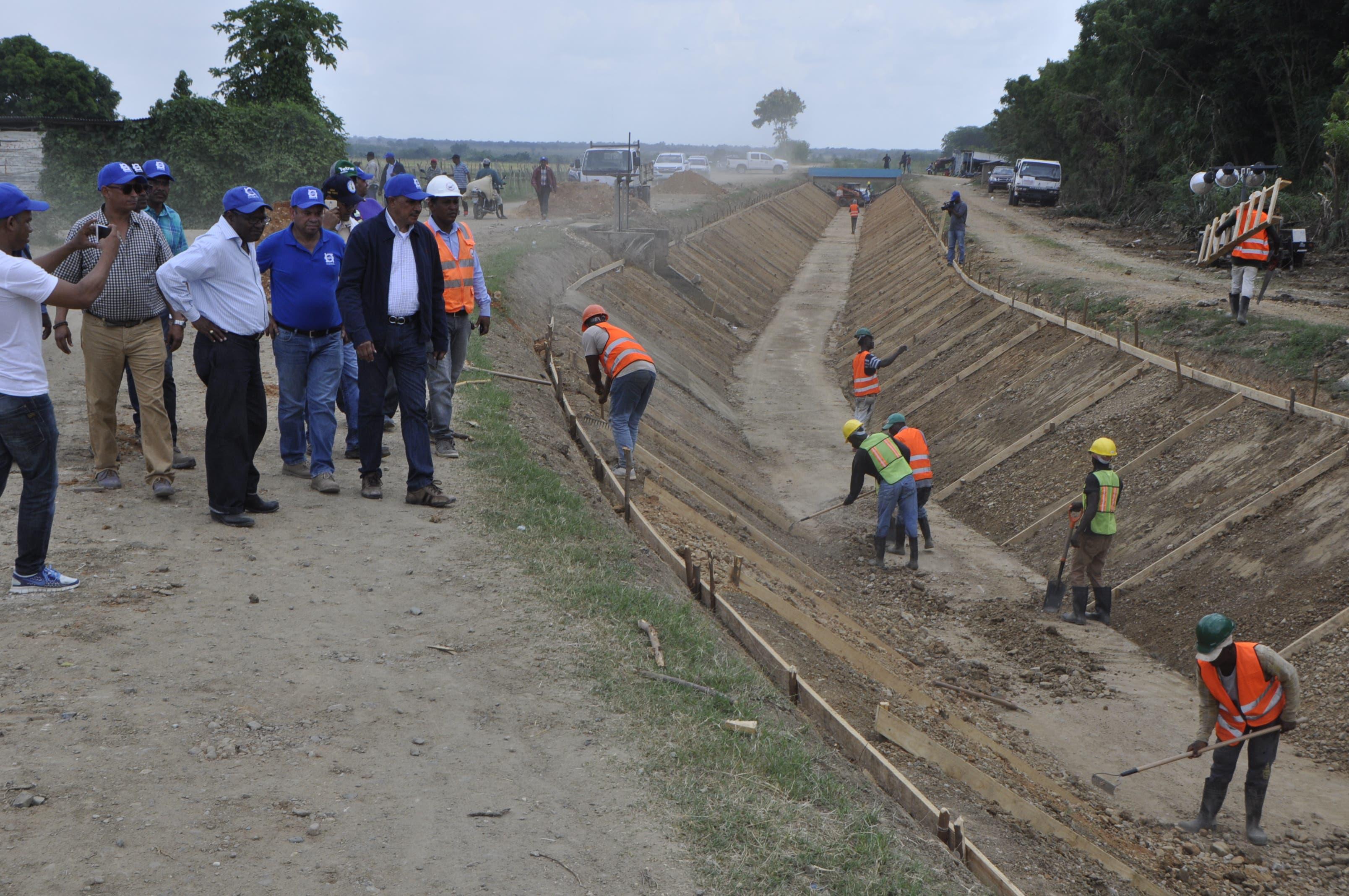 Vista de un tramo del canal Fernando Valerio, en la comunidad Santa María, de Pepillo Salcedo, que es sometido a un proceso de rehabilitación por parte del INDRHI.
