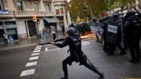 La policía irrumpía en la fiesta de los independentistas catalanes confiscando urnas y cargando contra algunos manifestantes que defendían el referéndum prohibido. Foto tomada de El Nuevo Herald