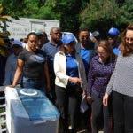 La directora del Plan Social, Iris Guaba, junto al gobernador provincial de Puerto Plata, Iván Rivera, encabezaron la entrega a 80 hogares de La Piedra que perdieron sus ajuares por las lluvias tras el paso de María cerca del territorio dominicano.