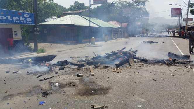 Huelga obstruye tránsito en carretera Puerto Plata-Imbert tras incautación de peces en restaurantes de Maimón