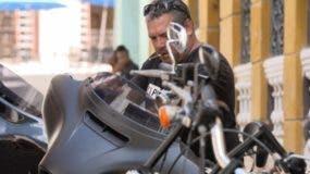 Ernesto Guevera tiene el mismo amor por las motos y los puros que su padre.