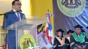 navarro-con-graduandos-uteco