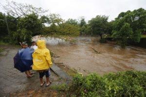 Numerosas comunidades continúan aisladas por la destrucción de puentes, inundación de carreteras, ríos desbordados y deslaves que arrasaron casas y caminos, mientras la saturación de agua en los suelos amenaza con nuevos derrumbes.