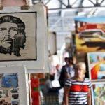 Pinturas con la imagen del Che Guevara se venden en un mercado de artesanías.