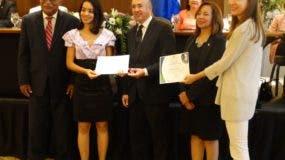 Ernesto Reyna Alcántara, Emily Rodríguez, ganadora del primer lugar; Francisco Domínguez Brito, Dolly Martínez, coordinadora Medioambiental de la UNPHU, y Judith Wolf, de la GIZ.